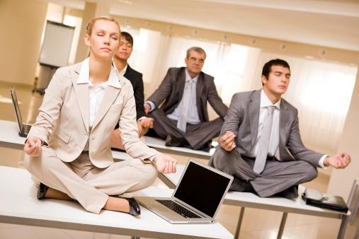 5 Gerakan Yoga Ini Bisa Dilakukan di Meja Kerja 1