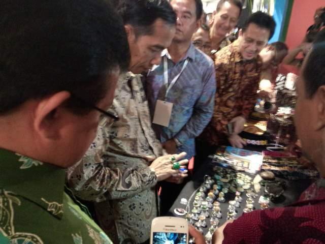 Lihat Pameran di Parkir Timur, Jokowi Kaget Harga Cincin Batu Bacan Rp 25 Juta