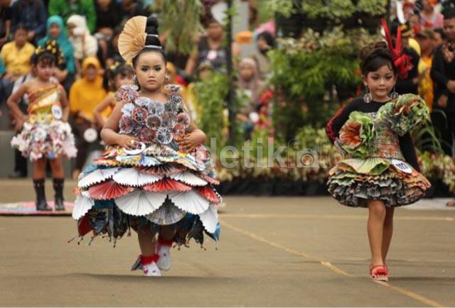 Meriahnya Festival Busana dari Bahan Daur Ulang