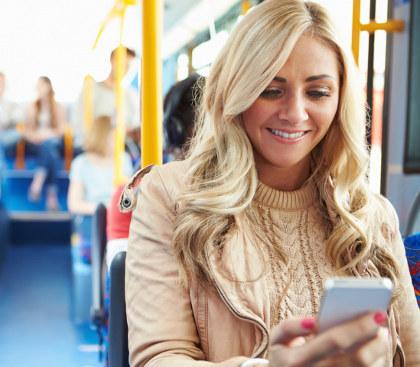 Macet Bisa Buat Anda Tua di Jalan Jika Sering Main Gadget di Bus