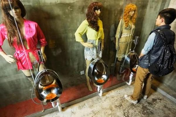 Manekin di Toilet Tiongkok, Malah Bikin Traveler Susah Pipis!