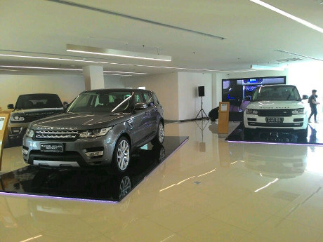 ini fasilitas showroom jaguar land rover di pondok indah. Black Bedroom Furniture Sets. Home Design Ideas