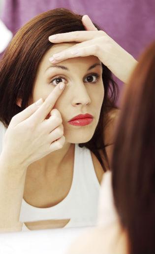 5 Cara Tepat Bersihkan dan Merawat Lensa Kontak