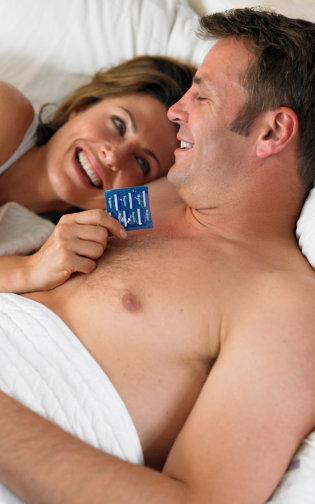 8 Kesalahan Umum Pemakaian Kondom Saat Bercinta