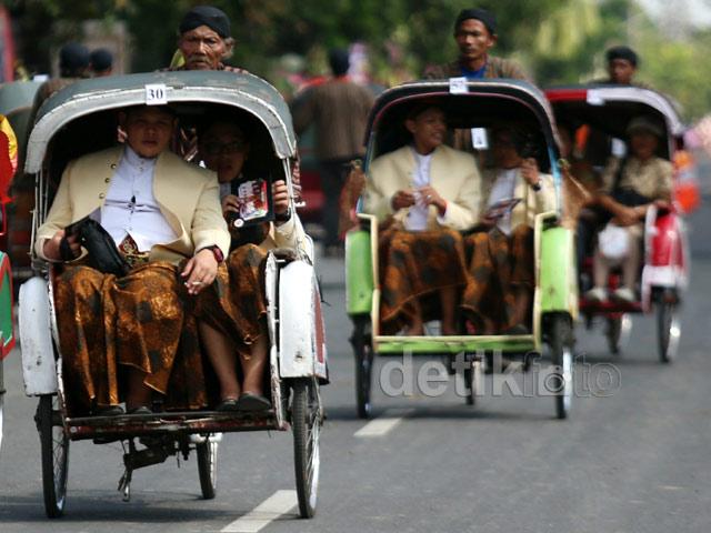 Hasil gambar untuk tamu-tamu naik becak surabaya