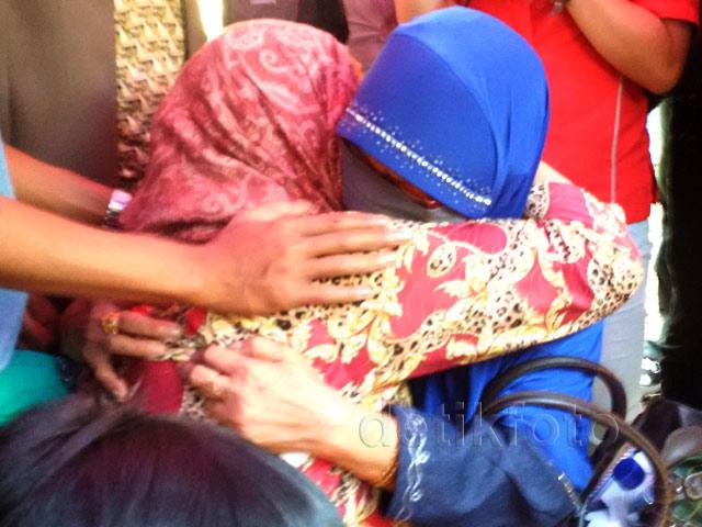 Jenazah Rian Diangkat, Ibunda Tak Kuasa Menahan Tangis
