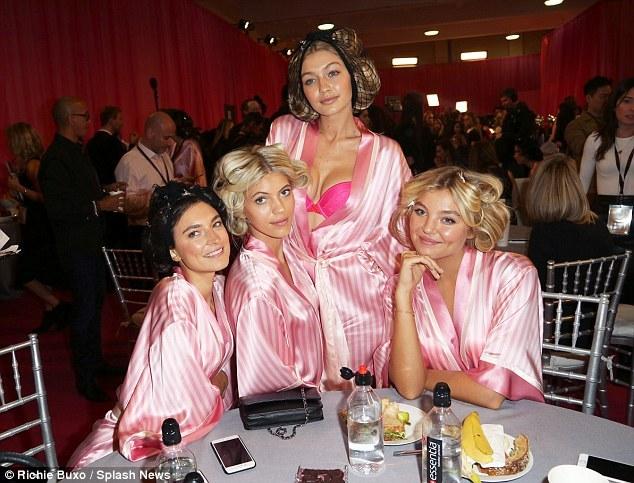 Para Model <i>Victorias Secret</i> Ngemil <i>Sandwich</i> dan <i>Veggie Chips</i> di Belakang Panggung