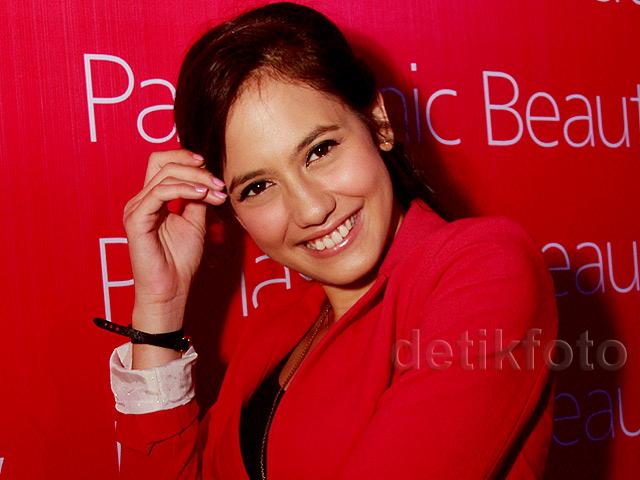 <i>Pretty in Red</i>! Pevita Pearce Tampil <i>Chic</i>