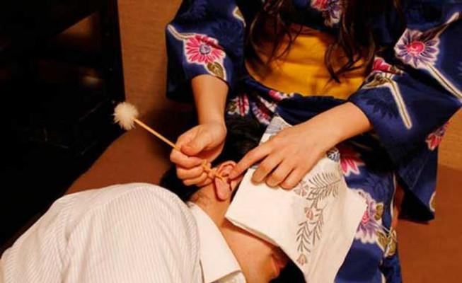 Gadis Jepang Cantik Siap Bersihkan Kuping Wisatawan