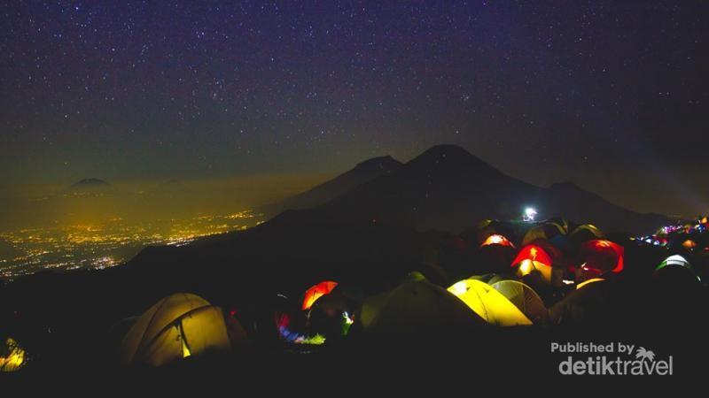 Tidur Dengan Hamparan Bintang di Gunung Prau