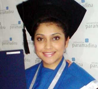 Sarah Azhari Jadi Sarjana
