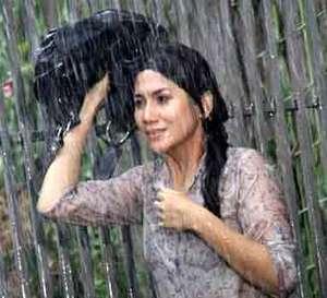 Marini Zumarnis Hujan-hujanan