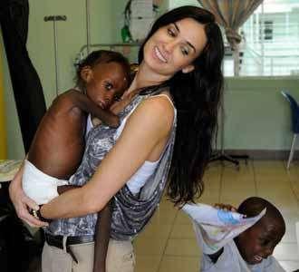 Demi Moore dan Anak Korban Gempa