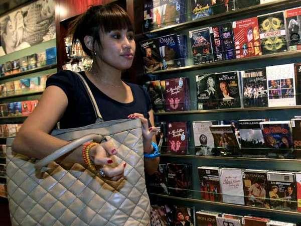 Pingkan Mambo Beli DVD