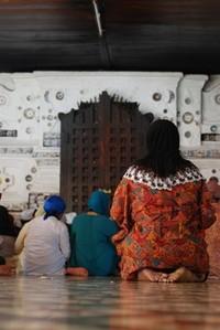 Khusyuk Berdoa di Depan Pintu Makam