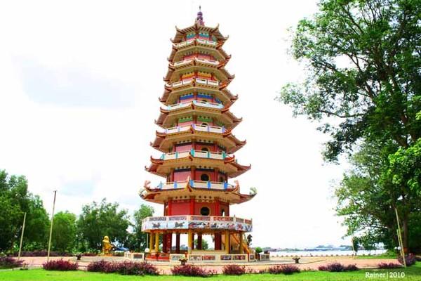 Pagoda Pulo Kemaro menghiasi Si Pulau yang Kesepian.