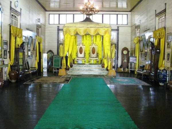 KUNING. Seperti keraton Melayu pada umumnya, Istana Kadriah juga didominasi oleh warna kuning yang mencolok.
