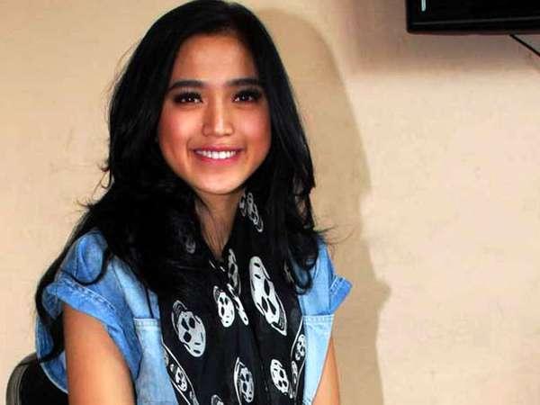 Jessica Iskandar dan Syal Tengkorak