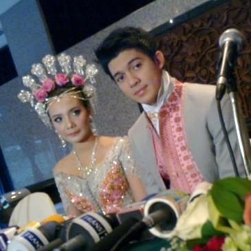 Irwansyah & Zaskia Sungkar Rilis Single di Resepsi Pernikahan