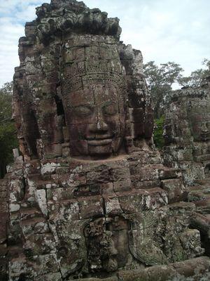 Bermain Petak Umpet dengan dua gadis cilik Kamboja di Angkor.