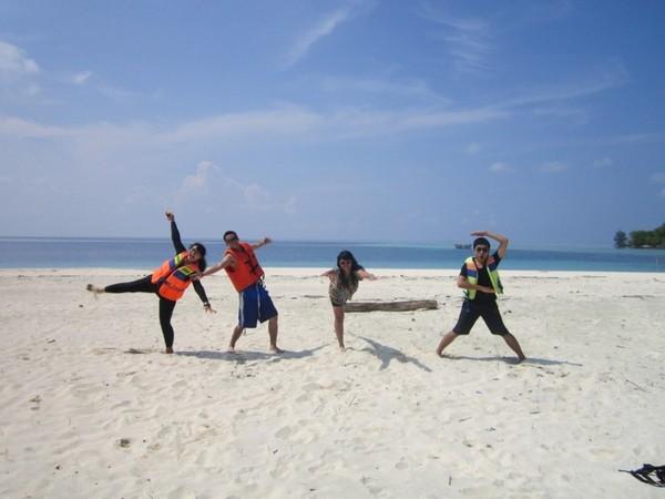 Bermain-main di pasir putih Pulau Seruni