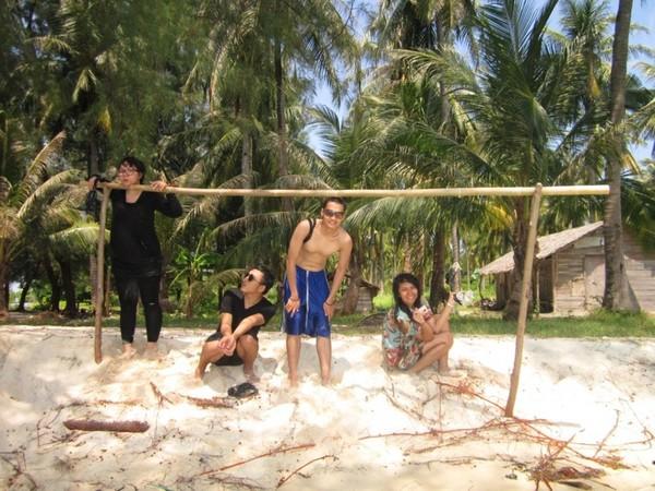Berteduh di rindahnya pohon Kelapa di Pulau Seruni Karimunjawa
