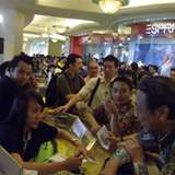 Pelanggan Indosat Antri Membeli BlackBerry Bold 9900