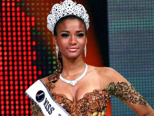 Miss Universe 2011 Anggun Memakai Batik