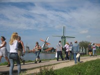 Kincir angin di pinggiran Sungai Zaan