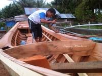 Pembuat Kutuk-Kutuk (perahu) di Lorong Desa 1