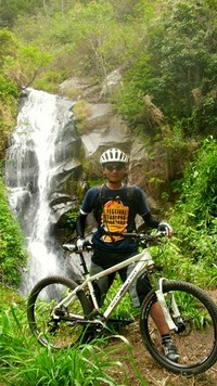 Fotoku di depan air terjun (entah apa namanya) yang berada di tengah Kawasan Hutan Coban Rondo.