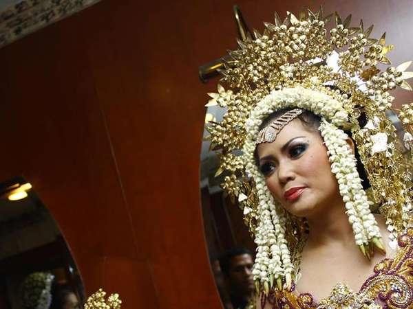 Kristina Bergaun Pengantin Padang