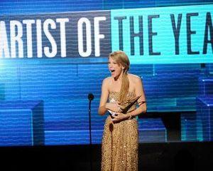 Taylor Swift Kaget Menang Piala Artist of the Year