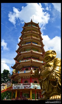 Pagoda dan Patung Dewa di Pulau Kemaro
