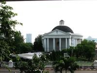 Gereja Immanuel yang terlihat dari Stasiun gambir (taranusa.blogspot.com)