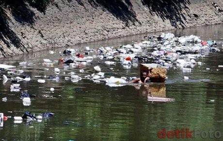Buset Tiap Hari Sampah Seluas 7 Lapangan Bola Masuk Ke Sungai Ciliwung