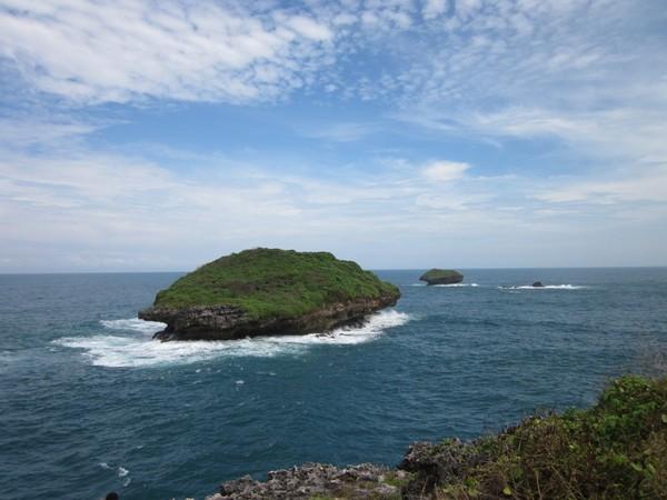 Salah satu pulau kecil di Pantai Serau