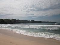 Debur ombak ketika menyentuh pantai..