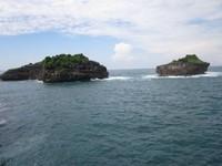 Pulau-pulau kecil itu banyak sekali kelelawarnya..