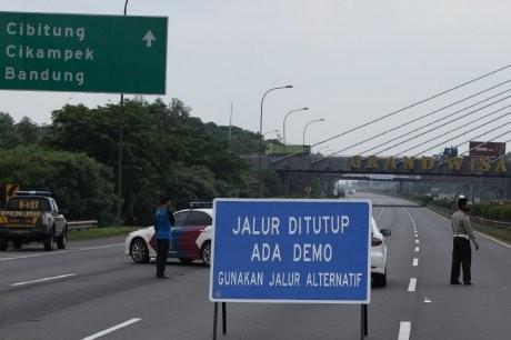 Diblokir Buruh, Tol Cikampek Macet Hingga 30 Km
