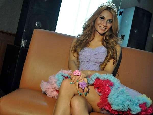 Uli Auliani Seksi Bergaya Barbie