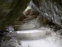 Tangga menuju makam (Sumber: darevan.wordpress.com)