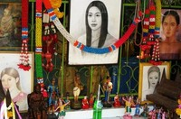 Sesajen di depan lukisan Mae Nak (cnngo.com)