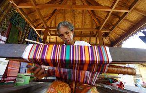 Mengintip Pembuatan Kain Tenun Khas Lombok