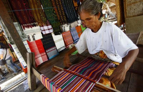 Nenek tua ini masih melestarikan tenun Lombok (Foto: Rachman/detikFoto)