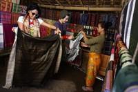 Endhita dan Nicky Tirta mencoba tenun Lombok (Foto: Rachman/detikFoto)