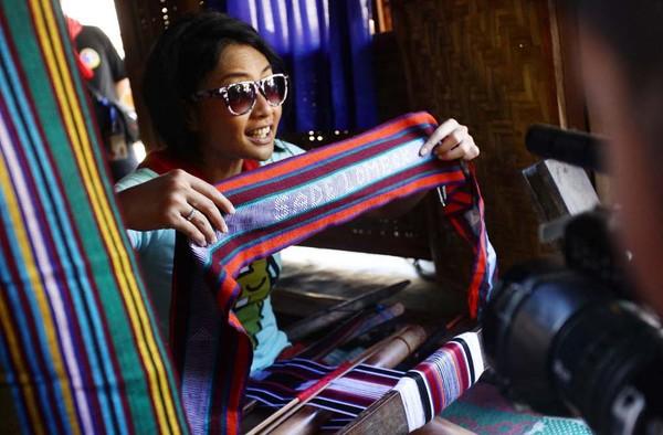 Endhita mencoba membuat tenun Lombok (Foto: Rachman/detikFoto)
