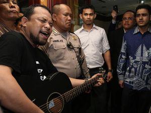 Aksi Dukung Nazar Ungkap Aktor Kasus Wisma Atlet