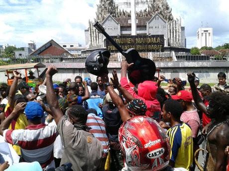 Menari dan Berkoteka, Mahasiswa Papua di Makassar Demo Tolak Pemekaran