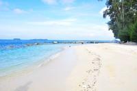 Pantai dengan pasir putih Pulau Genteng Kecil